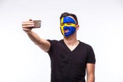 Selfie no telefone do fan de futebol do sueco no apoio do jogo de equipas nacionais da Suécia Fotos de Stock