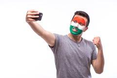 Selfie no telefone do fan de futebol húngaro no apoio do jogo de equipas nacionais de Hungria Fotos de Stock Royalty Free