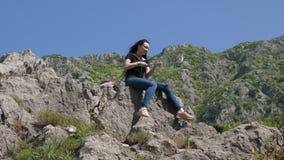 Selfie op de achtergrond van de bergen stock video