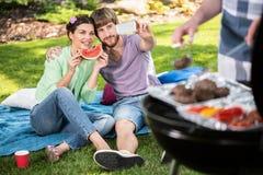 Selfie op een tuinbarbecue stock afbeelding