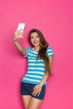 Selfie på rosa bakgrund Royaltyfri Bild