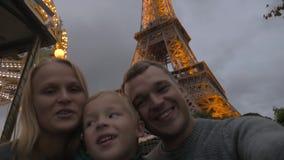 Selfie por la torre Eiffel, estilo del tiroteo de la familia del video casero almacen de video