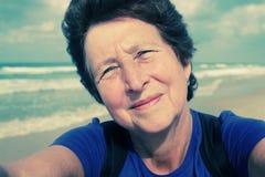 Selfie portait av den lyckliga höga kvinnan Arkivbilder
