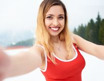 Selfie-Porträt des jungen netten Frauenskifahrers Stockfotos
