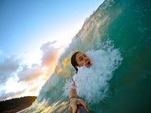Selfie praticante il surfing Immagini Stock Libere da Diritti