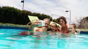 Selfie que habla de la familia del teléfono móvil en el lado de la piscina metrajes