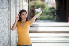 Selfie que habla de la mujer latina atractiva Imagen de archivo libre de regalías