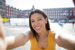 Selfie que habla de la mujer latina atractiva Fotos de archivo