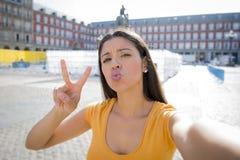 Selfie que habla de la mujer latina atractiva Fotografía de archivo libre de regalías