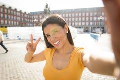 Selfie que habla de la mujer latina atractiva Foto de archivo