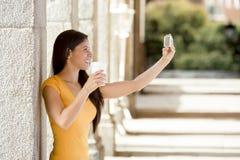Selfie que habla de la mujer latina atractiva Imagenes de archivo