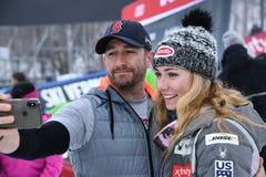 Selfie que tira de Mikaela Shiffrin con un amigo durante el eslalom gigante de Audi FIS el Ski World Cup Women alpino fotografía de archivo