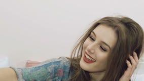 Selfie que toma elegante de la muchacha bonita lentamente metrajes