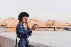 Selfie que toma femenino joven brasileño en su teléfono móvil al aire libre Imagen de archivo libre de regalías