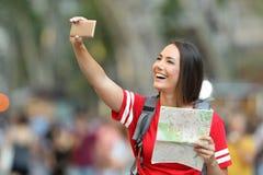 Selfie que toma turístico adolescente en la calle Imagen de archivo libre de regalías