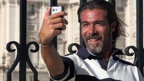 Selfie que toma turístico masculino almacen de video