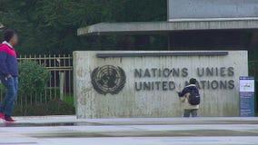Selfie que toma turístico masculino por la oficina de Naciones Unidas en Ginebra, señales de visión almacen de video