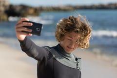 Selfie rapide avant grand ressac Photo libre de droits