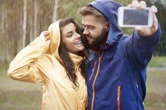 Selfie in regenachtige dag Stock Foto