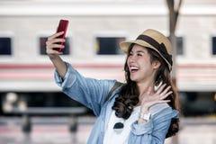 Selfie-retrato da menina atrativa com cabelo longo imagens de stock