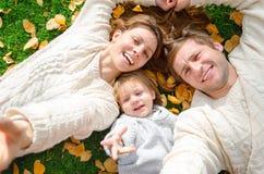 Selfie rodzina robi ich stylowi życia w jesieni Zdjęcia Stock