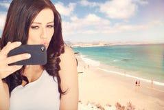 Selfie rolig kvinna som tar bilden på strandsemestern Royaltyfri Bild