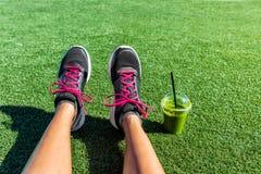 Selfie sano dei piedi del corridore del frullato di verde di stile di vita Fotografia Stock