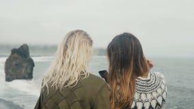 Δύο ευτυχείς γυναίκες που παίρνουν selfie τις φωτογραφίες στο smartphone, κορίτσια που ξοδεύουν το χρόνο στην παραλία κοντά στα t απόθεμα βίντεο