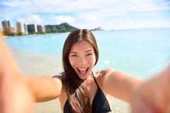 Selfie-Spaßfrau, die Foto an den Strandferien macht Stockfoto