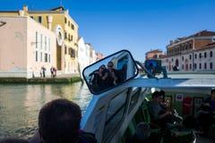 Selfie in spiegel op boot in Venetië royalty-vrije stock afbeeldingen