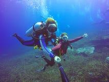 Selfie subacqueo di immersione con bombole sparato con il bastone del selfie Mare blu profondo fotografia stock