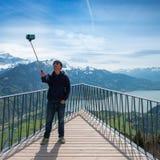 Selfie sur le fond du panorama de la gamme de montagne image stock