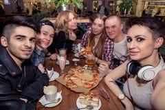 Selfie Tid Stiliga vänner som gör selfie och ler, medan vila på baren arkivfoto