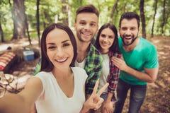 Selfie time1 se cierra para arriba de cuatro amigos alegres en el ni de la primavera Fotos de archivo libres de regalías