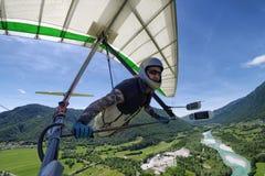 Selfie a tiré du pilote de planeur extrême courageux de coup montant le therm photo stock