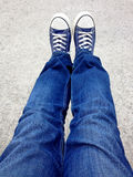 Selfie tiró visto desde arriba con los tejanos y los zapatos Imagen de archivo