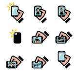 Selfie, tomando las fotos con los smartphones para los medios iconos sociales fijados Imagen de archivo libre de regalías