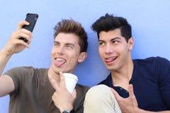 Selfie! tonåringar som tar bilder i staden royaltyfri bild