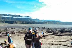 Selfie turyści z tłem góry Bromo sawanna obrazy stock