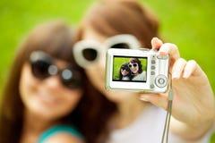 Selfie Två unga moderiktiga flickor som gör selfie Ett par av vänner Arkivbild