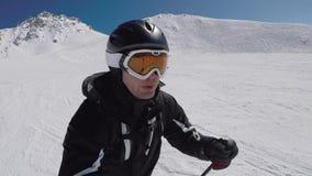 Selfie um retrato de um esqui do esquiador nas montanhas no inverno video estoque