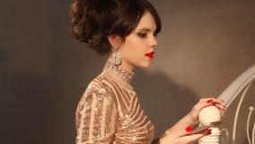 Selfie Ung tonårs- flicka som tar fotoet i guld- klänning och smycken Elegant dam i paljettklänningen som poserar vid spegeln med stock video