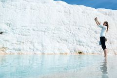 Selfie in uno stagno del travertino a Pamukkale, Turchia fotografia stock