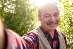 Selfie van de knappe hogere Spaanse mens op zonnige dag royalty-vrije stock afbeeldingen