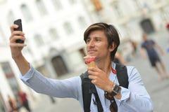Selfie van de knappe jonge mens die roomijs eten Royalty-vrije Stock Foto's