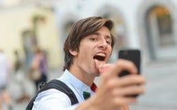 Selfie van de knappe jonge mens die roomijs eten Stock Afbeeldingen