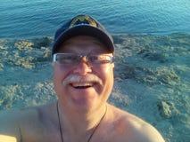 Selfie van de lachende mens op middelbare leeftijd Stock Foto's