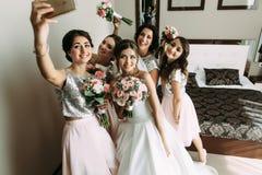 Selfie van de meisjes met bruid vóór huwelijk stock afbeelding