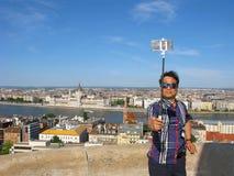 Selfie van de mens met het parlement van Boedapest Stock Afbeelding