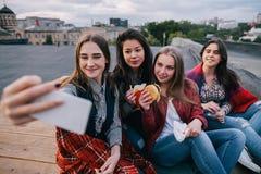 Selfie in vergaderings dichte vrienden, sluit omhoog Stock Fotografie